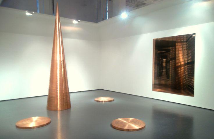 """Sulla parete sullo sfondo: Cristina Iglesias, """"Untitled (Diptych X)"""", serigrafia"""