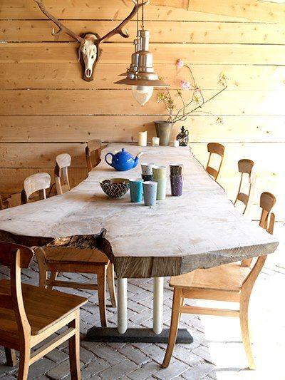 De prachtige stoere grof houten tafels en banken worden geproduceerd door Menco Konig van de Houten Loods. De Houten Loods maakt stoere houten tafels en …