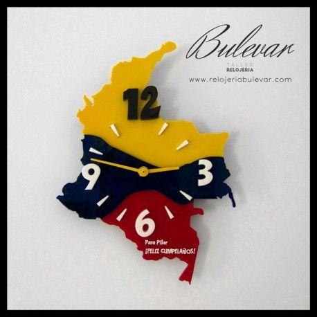 Reloj de pared bandera. Metacrilato y pvc azul, rojo y amarillo translúcido. Números en metacrilato blanco y negro en relieve. 25 € (IVA y transporte incluido). Si quieres un reloj personalizado, con tu país o bandera puedes elegirlo al hacer la compra.