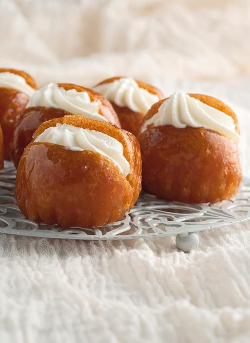 <p> Γλύκισμα με αφράτη ζύμη που, αφού ψηθεί, διαποτίζεται με σιρόπι και ρούμι και γαρνίρεται με κρέμα.</p>
