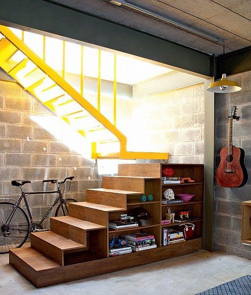 """""""A madeira compensada desta escada revestida de freijó é também um móvel e pode mudar de lugar quando necessário. As prateleiras ficam nas duas laterais. No lado voltado para a parede, pode-se guardar uma série de objetos. Projeto de Tito Ficarelli. Maíra Acayaba"""""""