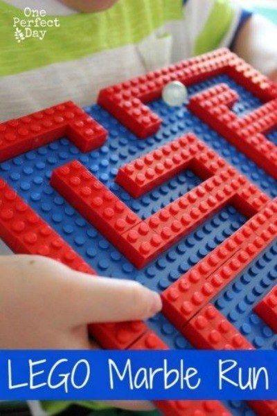 De bouw van een Lego knikkerbaan om uw gasten & # 39 te testen;  hand-oog coördinatie.