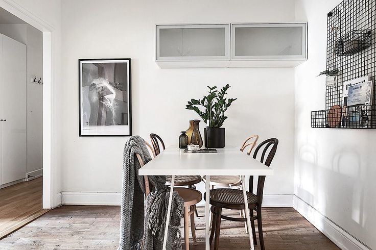 Scandinavian Style | Stockholm apartment with a touch of blue dining 10