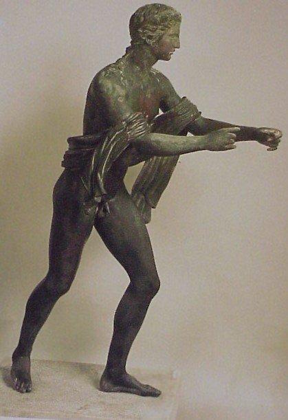 Een onderhandse manier om een boog te spannen. De (mogelijk houten) boog is verdwenen van het bronzen beeld van Apollo.