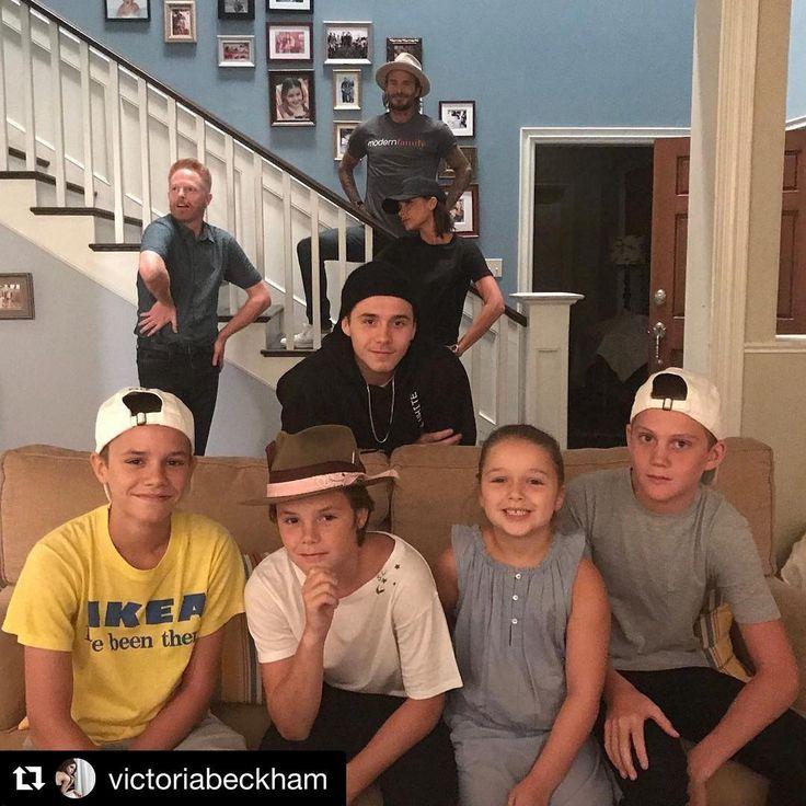 ¡Los Beckham son los nuevos vecinos en 'Modern Family'! David y Victoria visitan con sus hijos el set de rodaje de la exitosa serie de televisión. #modernfamily #beckham #davidbeckham #victoriabeckham #brooklynbeckham #romeobeckham #cruzbeckham #jessetylerferguson #tv #tvshow #television