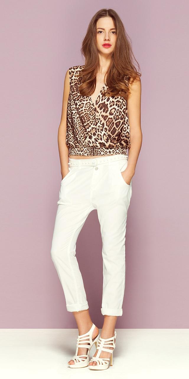 Белые брюки с заниженным шагом (3 049 руб) в сочетании с топом из струящегося атласа с анималистическим рисунком и перекрещивающейся линией выреза (1 999 руб). На ногах белые сандалии на каблуках с кнопками и лентами в тон (2 999 руб). Стоимость комплекта: 8 047 руб #Motivi #Motivisummer #Motivifashion #Fashion #Summer #leo