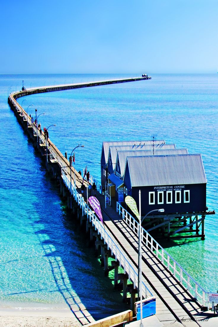 Busselton Jetty, Western Australia - the longest wooden jetty in the southern hemisphere, stretching almost 2km out to sea. http://www.VacacionesReales.com                                                                                                                                                                                 Más