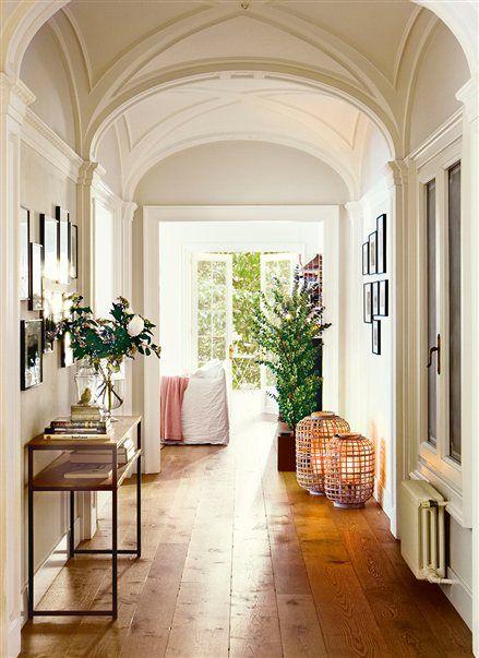 Pasillo con techo abovedado y mesita de forja #design #home #decoration