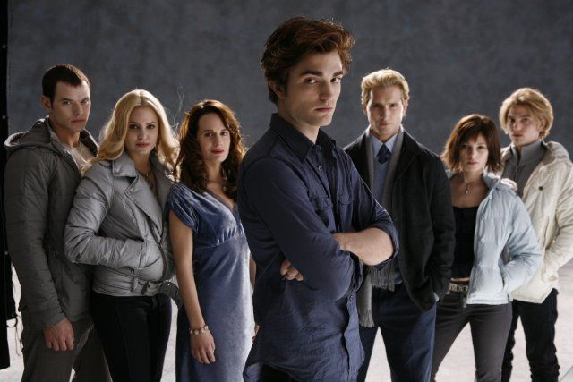 Still of Peter Facinelli, Elizabeth Reaser, Nikki Reed, Robert Pattinson, Kellan Lutz, Jackson Rathbone and Ashley Greene in Twilight