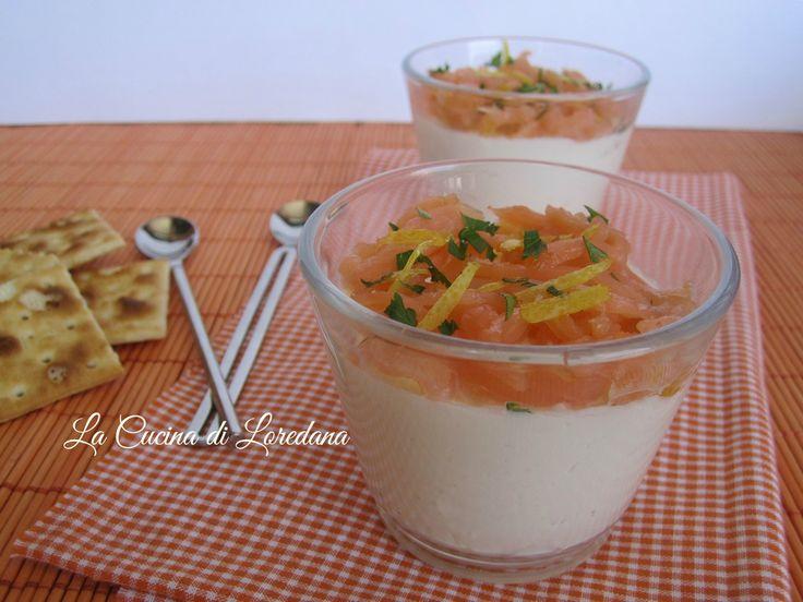 Piccoli bicchierini di Panna cotta salata al parmigiano con tartare di salmone che vi conquisteranno subito, ideali anche in un'occasione importante