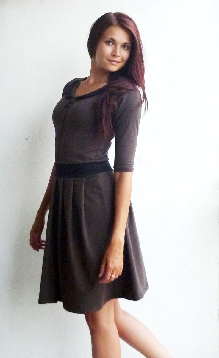 Šaty Šaty podzim/zima jsou ušité z příjemného bavlněného úpletu hnědé barvy. Kulatý výstřih, černý límeček, dva napevno přišité ručně potažené černé knoflíčky, v pase přepásáno černým pruhem látky, řasená sukně, kratší rukáv. Velikost: S/M Rozměry: Délka šatů: 97 cm Délka rukávu: 35 cm Šířka šatů (od podpaží k podpaží): 42 cm (max obvod ...