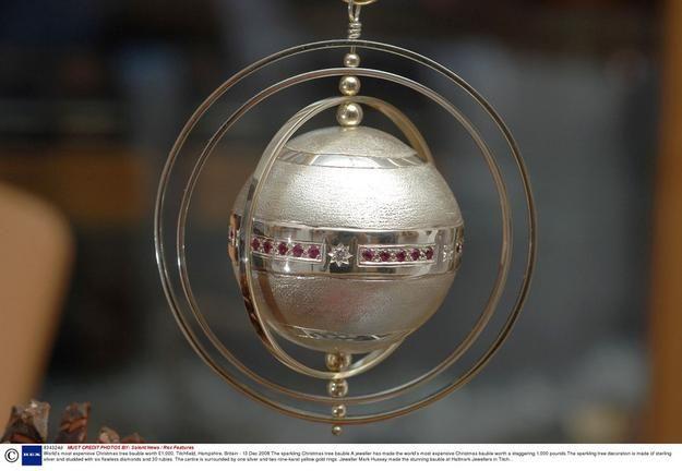Kosztuje bagatela 1000 funtów (ok. 4300 zł) i jest jedyna w swoim rodzaju. Najdroższa bombka świata została zaprezentowana w Wielkiej Brytanii. Bombkę wykonał jubiler Mark Hussey, a do jej zrobienia użył srebra najwyższej próby, sześciu nieskazitelnych diamentów i 30 rubinów. Oryginalna ozdoba choinkowa ma też jedną srebrną i dwie złote obręcze. Jest hołdem dla jednego z najsłynniejszych jubilerów na świecie - Rosjanina Carla Faberge, autora pięknych i drogocennych jaj wykonywanych z…