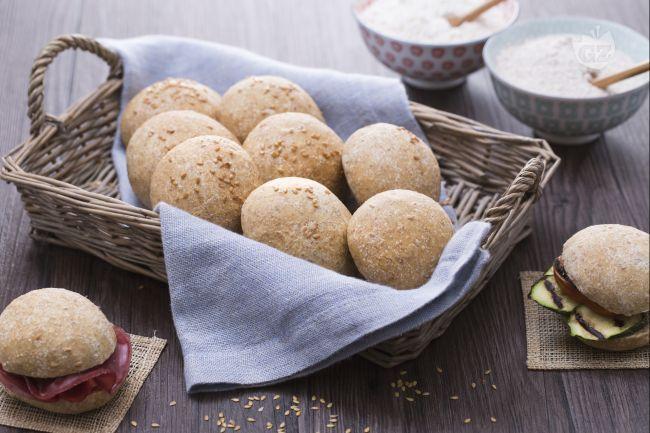 I panini integrali sono un lievitato perfetto per accompagnare un pranzo o una merenda, da gustare con diversi tipi di farciture e ripieni.