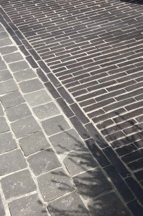 Scale and colour contrast of stone setts