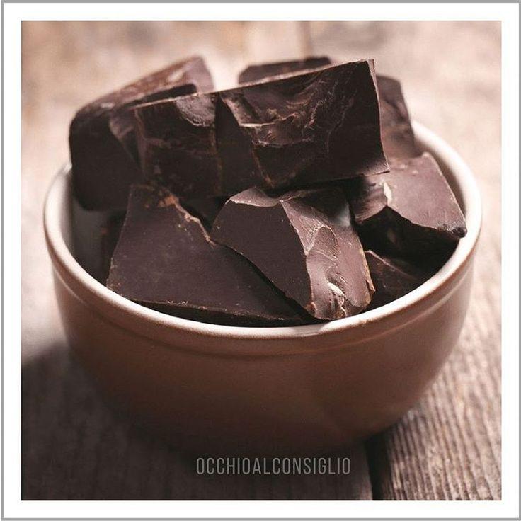 Il cioccolato fondente e' ricco di flavonoidi essenziali per la protezione dei vasi sanguigni dell'occhio.  Consumare cioccolato con almeno il 60% di cacao all'interno e' in modo gustoso per restare in salute.    #occhioalconsiglio #chocolate #cioccolato #cioccolatofondente #likes4likes #eyes #health #healtyfood #picoftheday #photooftheday #instalike #eyewear
