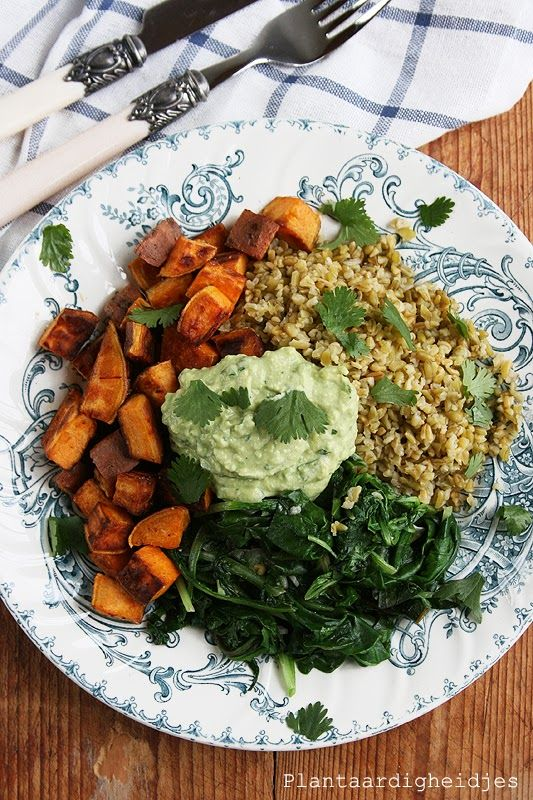 Plantaardigheidjes: Freekeh met groene groentes en avocado tahin saus