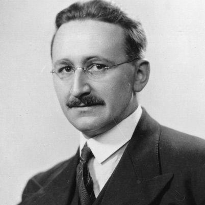 Friedrich Hayek, né Friedrich August von Hayek le 8 mai 1899 à Vienne et mort 23 mars 1992 à Fribourg, est un philosophe et économiste britannique originaire d'Autriche, membre de l'École autrichienne et promoteur du libéralisme, opposé au keynésianisme, au socialisme et à l'étatisme1. Il est considéré comme l'un des penseurs politiques les plus importants du xxe siècle2,3, et il reçut le Prix de la Banque de Suède en sciences économiques en mémoire d'Alfred Nobel en 1974 pour « ses travaux…