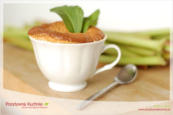 Suflet rabarbarowy na białej czekoladzie - #przepis na suflet z rabarbarem i białą czekoladą  http://pozytywnakuchnia.pl/suflet-rabarbarowy/  #kuchnia #rabarbar #suflet
