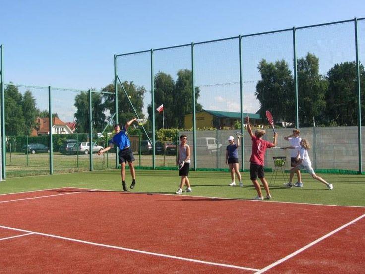 W ramach programu dla początkujących uczestnicy opanowują chwyty rakiety, forhend, bekhend, volley i smecz, uczą się kierować lotem piłki, poznają zasady gry w tenisa. #sport #tenis #obózsportowy #obóztenisowy