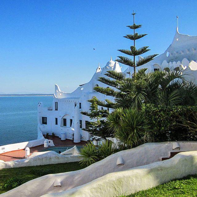 Parece Grécia, mas é aqui no Uruguai. Casapueblo! #casapueblo #puntadeleste #uruguay #melhoresdestinos #viagem #férias #americadosul #southamerica #travel #vacation #instatravel #travelgram #trip #bestvacations #traveling #beautifuldestinations #travel #tourism #travelgram #popular #trending #micefx [Visit www.micefx.com for more...]