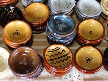 湯町窯は島根県玉湯町にて大正11年創業、江戸時代に始まった布志名焼を製陶している窯元です。地元で採れる土と黄釉(おうゆう)や海鼠釉(なまこゆう)と呼ばれる釉薬を使った、素朴な形と独特の深い色合いが特徴。シンプルで使いやすい、暮らしに寄り添う器をつくっています。