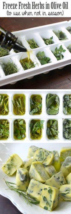 Ervas frescas prontas para pratos quentes. Se desejar, você pode picá-las. Congele em formas de gelo cerca de 2/3 cheio de ervas. Você pode misturar as ervas, também; Despeje o azeite extra-virgem sobre as ervas. Cubra levemente com filme plástico e congelar durante a noite. Retire os cubos congelados e armazene em pequenos sacos. Não se esqueça de etiquetar cada embalagem.