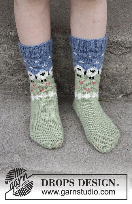 Socken mit mehrfarbigem Muster in DROPS Flora. Gr…