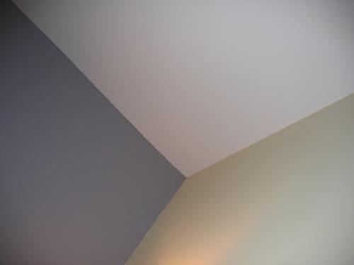 Paredes: pintando el techo de las habitaciones de colores más claros que el de las paredes hace que éstas se vean más aireadas y amplias. Cuando la habitación sea cuadrada, para que parezca rectangular y más larga, será conveniente usar tonos fríos en dos de los muros opuestos, mientras que en los otros dos de algún color cálido.