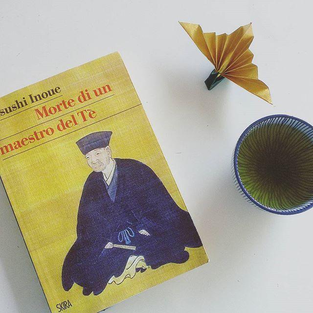 """""""Nel momento in cui il frastuono e le urla di Odawara sono cessati, anche il mondo del Tè doveva necessariamente cambiare. Da questo punto di vista, è vero che il maestro Rikyū e il maestro Soji non potevano più restare in vita.  Tutto cambia e si avvicenda, compresi i samurai e i chajin"""". Dalle luci ed ombre di Tokyo, alla Kyoto zen dell'epoca Sengoku, si cambia registro con #LibroGiappone. Morte di un maestro del tè di Inoue Yasushi ci conduce lungo la Via del Tè, ricordando il maestro…"""