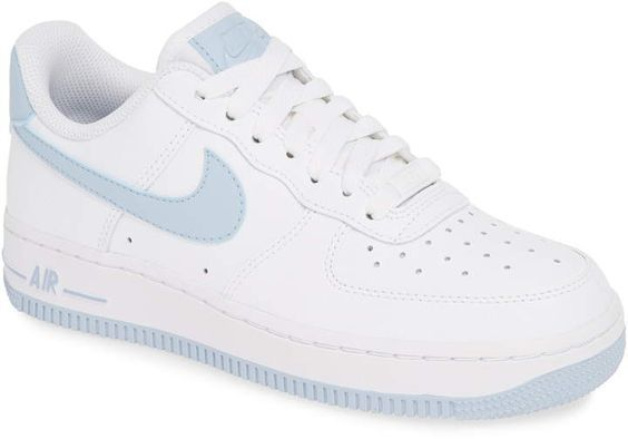 Deze game changing Air Force 1 '07 LV8 dames sneakers van