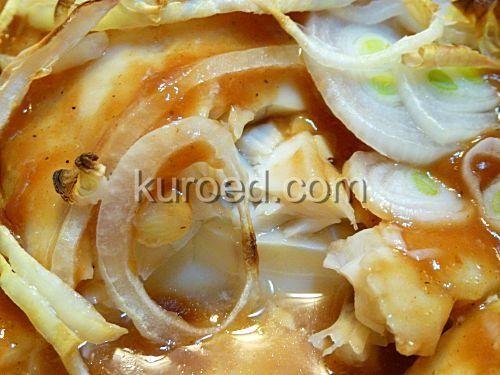 Нежная белая рыба, запеченная с овощами и грибами в томатном соусе