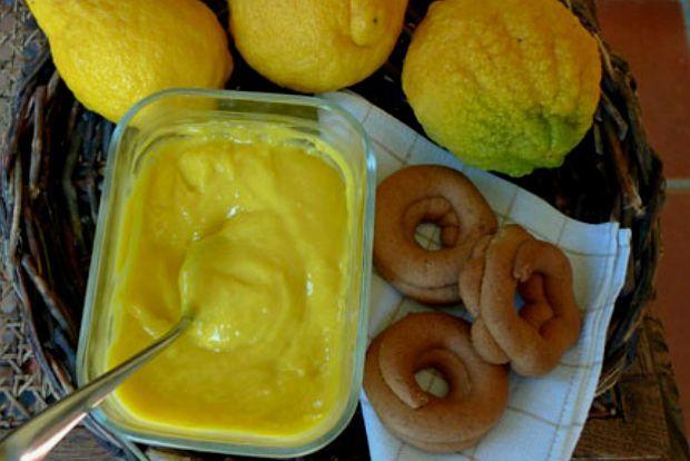 Με τα μυρωδάτα μας λεμόνια φτιάχνω συνήθως την κλασική αγγλική lemon curd (λεμονόκρεμα): εξαιρετικό συμπλήρωμα για cheesecake αλλά και σε κάθε λογής κέικ και τάρτες. Μοναδική αν την γευτείτε με κριτσανιστά σοκολατένια αμυγδαλωτά ή με κάθε λογής κουλουράκια - ακόμα και αν δεν είναι σπιτικά.