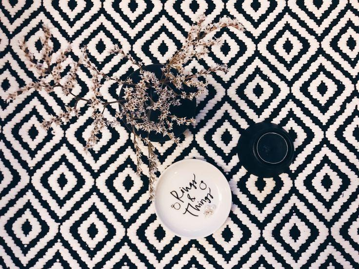 Rings & things . . #scarabocchidicasa #home #myhome #homedesign #homeaccessories #nordichome #hmhome #black #white #blackandwhite #biancoenero #bianco #nero #tealight #blacktealight #tealightholder #candle #blackcandle #candela #candelanera #portagioielli #piattino #vasetto #carpet #tappeto #blackwhitecarpet #iphonecamera #iphone7plus #vscocamitaly #vscoitaly