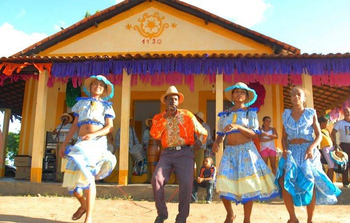 Coco de roda - Dança do Nordeste do Brasil - O coco é um ritmo originalmente criado no estado de Alagoas. O nome refere-se também à dança ao som deste ritmo. Coco significa cabeça, de onde vêm as músicas, de letras simples. Com influência africana e indígena, é uma dança de roda acompanhada de cantoria e executada em pares, fileiras ou círculos durante festas populares do litoral e do sertão nordestino.