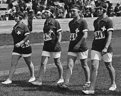 espadrilles blanches et bleu foncé pour l'équipe  féminine suisse des jeux olympiques vers 1922