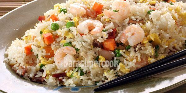 Nasi goreng ala Cina ini sudah diciptakan sejak abad 18, demikian menurut cerita yang saya dapat dari internet. Well, dari abad kapan pun, Yang Chow Fried Rice ini sangat sedap dan mudah disiapkan, selain bisa menjadi alternatif dari nasi goreng yang lazim dibuat di Indonesia.