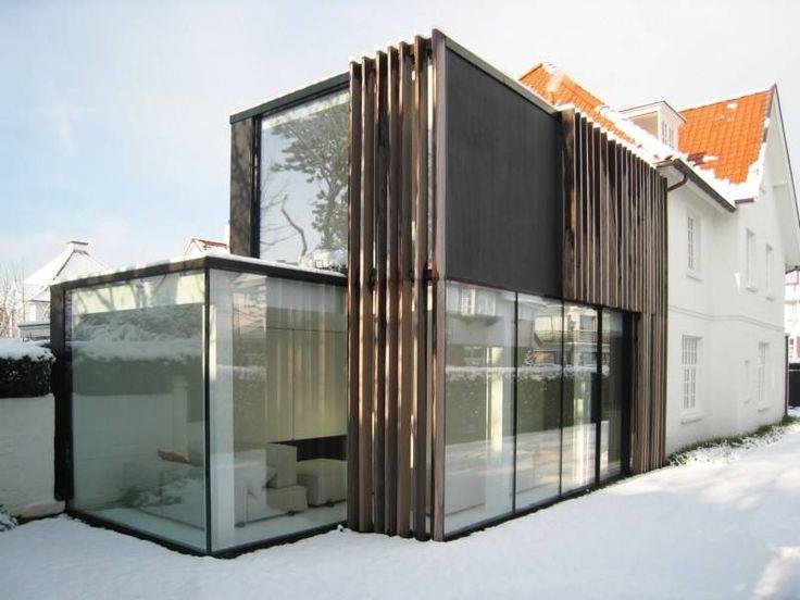 Glas kan contrast brengen. De architect van deze uitbreiding begreep dat wonderwel en combineerde een glazen, modern volume met de bestaande bakstenen woning.