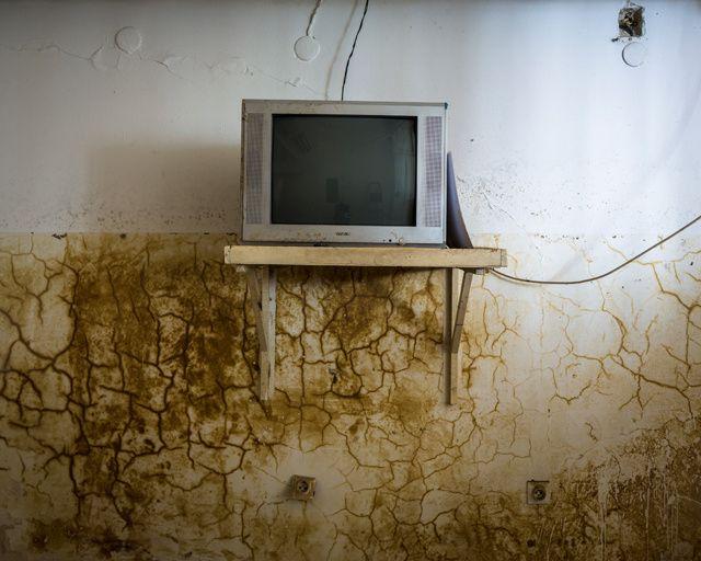 Las inquietantes fotografías del eterno problema de los campos de minas y las inundaciones en Bosnia | VICE España