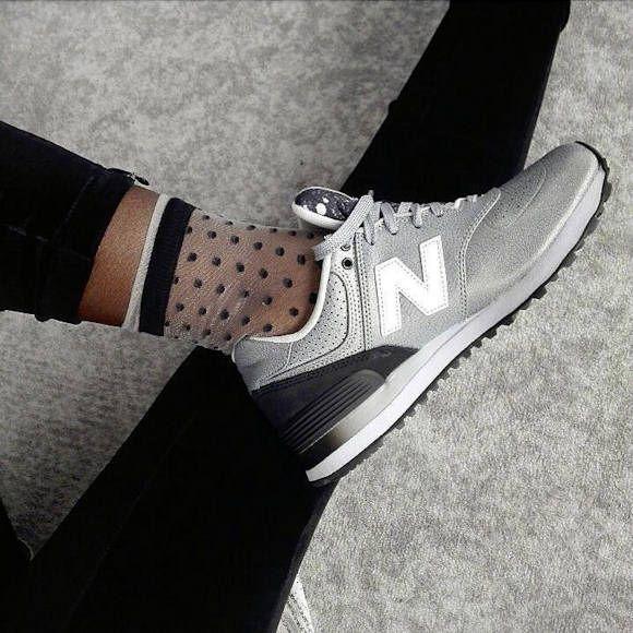 Mixez les styles avec le duo baskets New Balance argent/noir et socquettes plumetis >> http://ptilien.fr/wv40 #newbalance #look