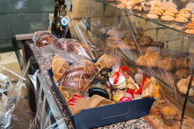 Ce poate fi mai placut de Craciun decat sa fii inconjurat de cei dragi, de iubire, caldura si cadouri pe masura? :) Noi iti propunem o varianta de pachet cadou traditional, un pachet ce contine o sticla de vin, un cozonac, o cutie cu 8 macarons, cupcakes personalizate si biscuiti deosebit de gustosi. Alege sa faci pe cineva fericit prin intermediul cofetariei Armand!