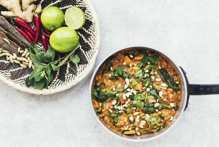 GRØN. Der er knald på både smag og farver i denne vegetariske gryderet, der giver fylde og mæthed fra røde linser og søde kartofler.