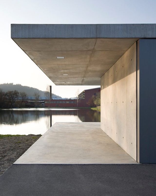thehardtPavilion Siegen (2012) by Ian Shaw Architekten located in Germany. The scheme's main floor plate is composed of precast concrete slabs, thus avoiding the need for under floor shuttering. The slabs are tied back to massive drum foundations. A finishing layer of in-situ concrete delivers an aesthetic uniformity to the cantilevered platform, which then formed the base for the in-situ cast walls and ceiling. #concrete #German #germany #lake #garage #pavilion #shadow #car #Deutsche