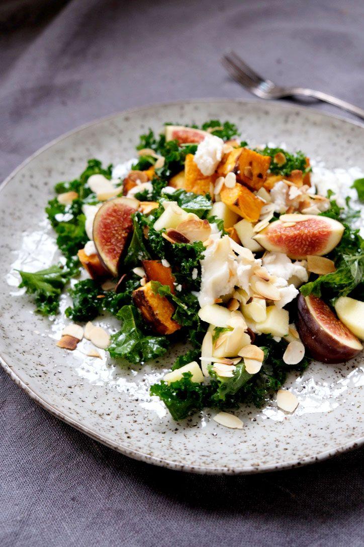 Snacka om en sallad som är lagade på grönsaker och frukt i säsong, och som är dessutom SÅ HIMLA GOD. Veckans vegetariska kommer nog blir en återkommande höstfavorit hos oss! Ha en riktigt bra vecka!   Sallad med ugnsbakad sötpotatis, grönkål, äpple, fikon, chévre, rostade mandla