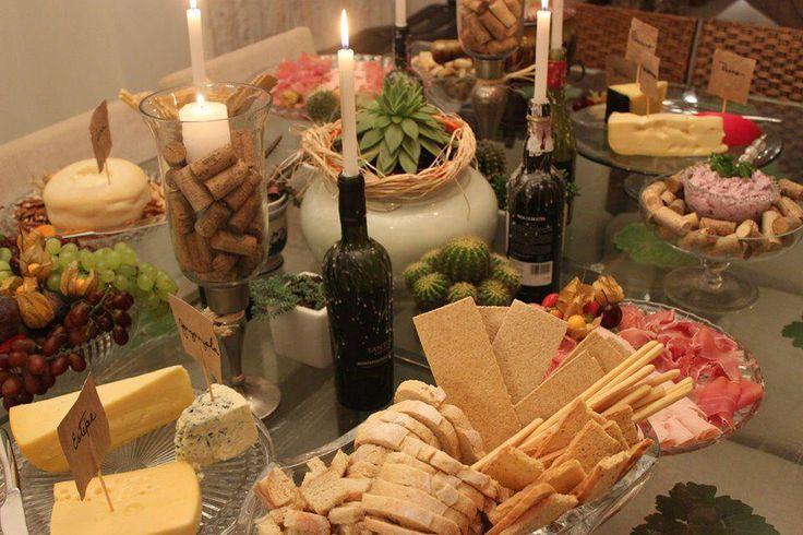 Aproveite a temperatura mais baixa, reúna os amigos, prepare uma linda mesa, alguns aperitivos, um delicioso fondue de queijo e um bom vinho.