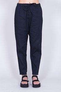 Flow Trouser från svenska Hope är en avslappnad mörkblå byxa i en skön linneblandning. Justerbar midja med dragsko gör att byxorna kan bäras både högt, lågt eller på höften. Byxan har en lågt placerad workwear-inspirerad picka på ena bakbenet. Enkla att styla med sandaler, sneakers eller klackar.