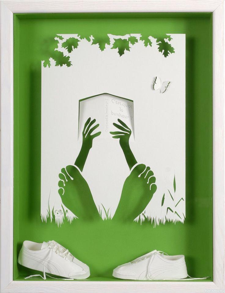 Papercraft с человеком с книгой, который лежит без обуви на траве - фотографии на аву