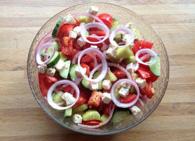 Gresk salat ♦ Store, gjerne norske tomater ♦ Agurk ♦  Rødløk ♦  Fetaost ♦  Gjerne litt extra virgin olivenolje ♦ Salt&pepper