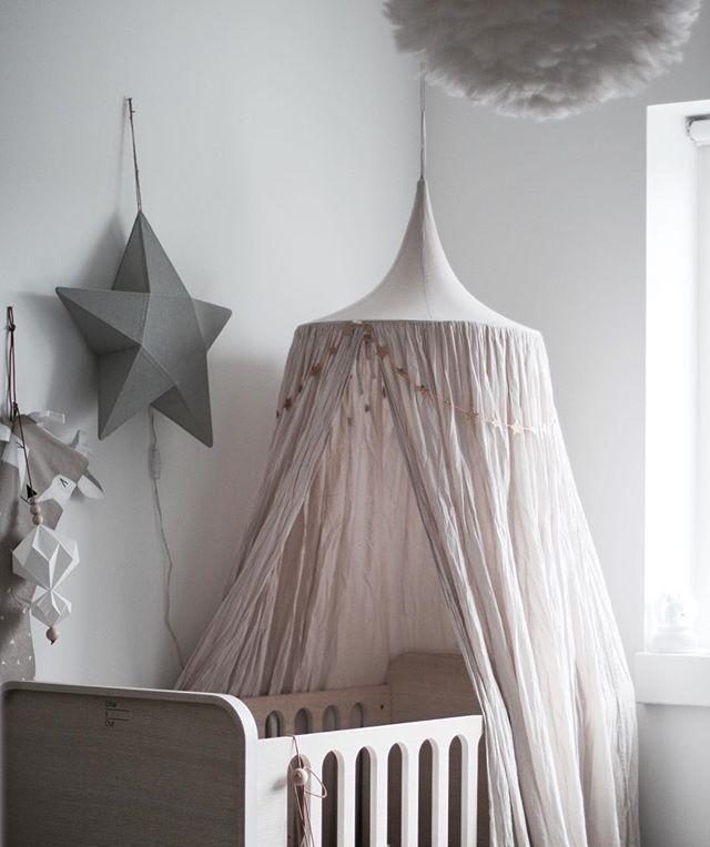 ☁️ little room.. Numero74 canopy in powder and star lantern in silver grey #kidsroom #kidsinterior #interiordesign #lirumlarumleg #vita #numero74 #olliesout #cahetu #børneværelse #tremmeseng