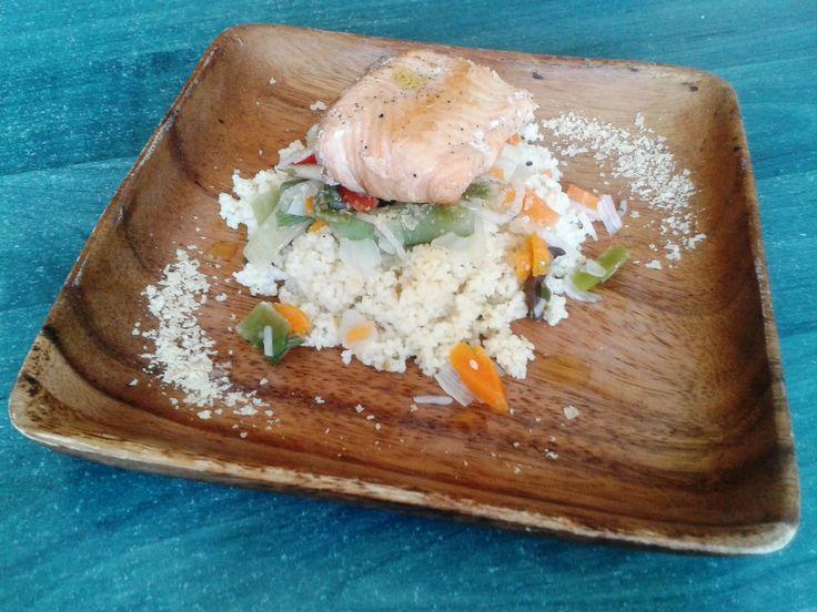 Somon cu legume și cușcuș este un preparat rapid și consistent, aromat și apetisant, care poate fi servit atât celor mici, cât și adulților.
