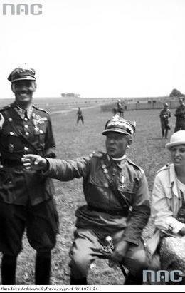 Generał Bolesław Wieniawa-Długoszowski (siedzi) w towarzystwie płk. Władysława Andersa i nierozpoznanej kobiety ogląda zawody.